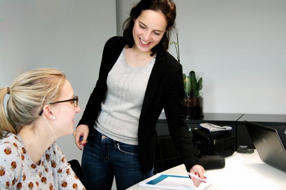 Prof. Dr. Nele Jacobs legt al glimlachend iets uit aan een medewerkster