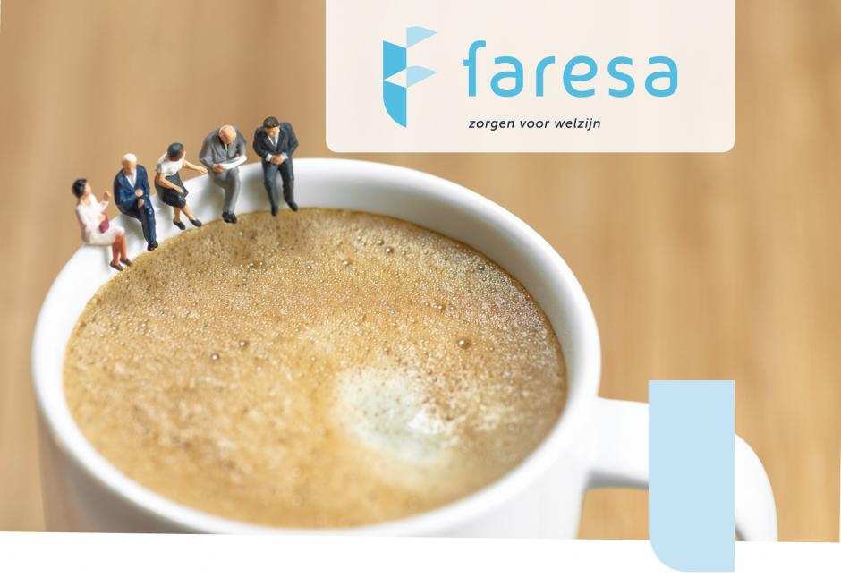 Figuurtjes van mensen zitten op de rand van een koffietas te overleggen. Het Faresa-logo staat bovenaan