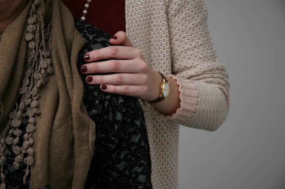 Een vrouw legt haar hand troostend op de schouder van een andere vrouw