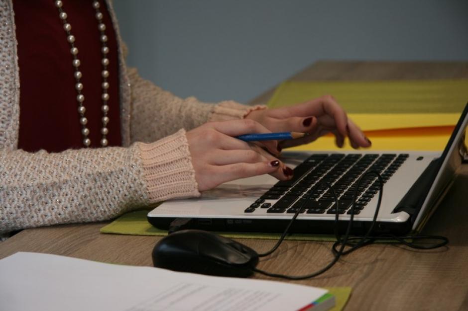 Een vrouw volgt een online opleiding op haar laptop